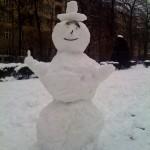 Schneemann im Park.